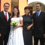 Die Braut Monika bei Ihrer Hochzeit mit Martin Pelzmann, umgeben von Ihren drei Batthyány Geschwistern