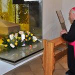 Der Apostolische Nuntius im Gebet vor dem Reliquienschrein des seligen Ladislaus