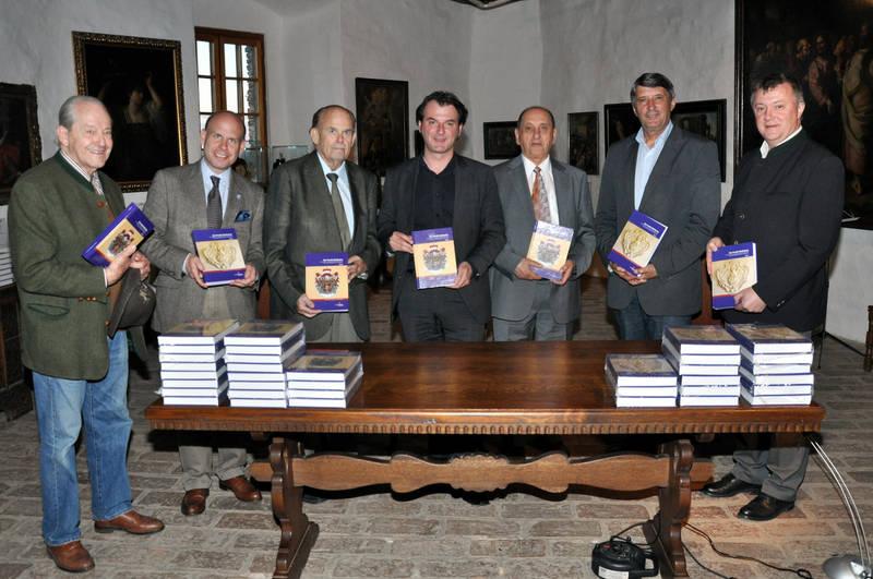 Die Präsentation des Buches mit der Familie. Auch dabei der Bürgermeister von Güssing, sowie der Administrator der Burgstiftung