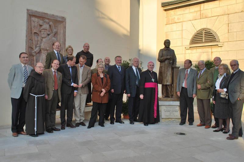 Güssing. Batthyany Skulpur gesegnet von Bischof Paul Iby, mit Bildhaeur Josef Lehner, (links von Figur) und Familienmltglieder