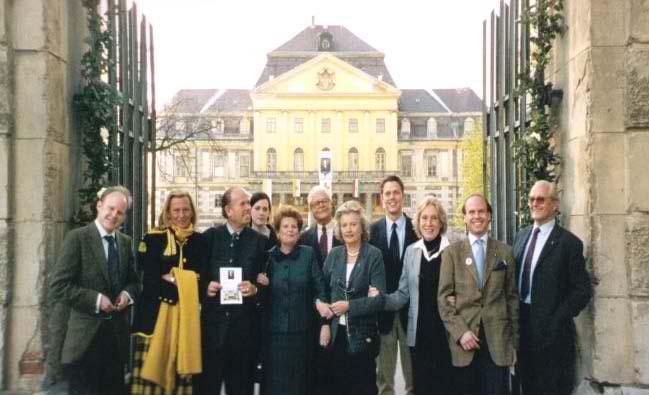 Einige Mitglieder der der Familie Batthyány vor Schloss Körmend, Ungarn