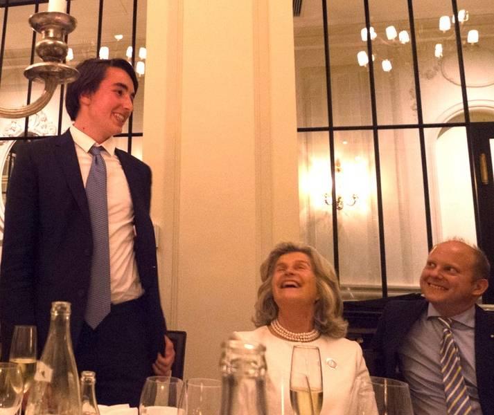 Beim anschließenden Abendessen: Leopold Batthyány hält eine Rede zur Freude der Beteiligten, mit Elenka Gräfin Batthyány und Firmpate Dominik Graf Batthyány